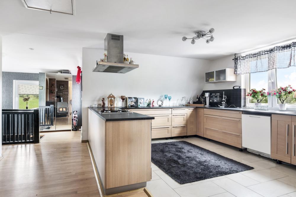 Öppet och luftigt kök möter dig en våning upp