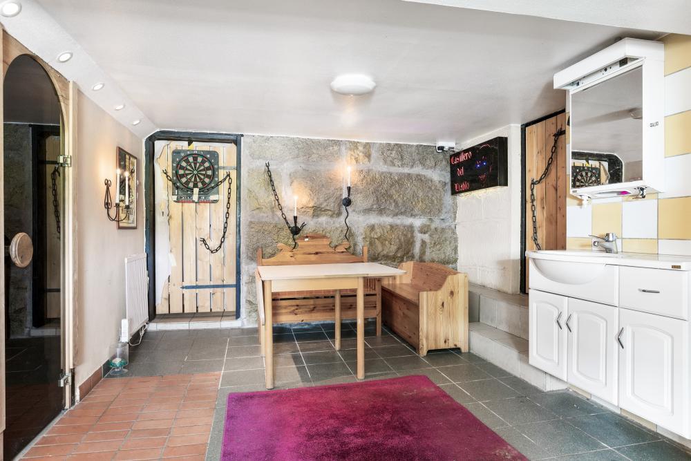 I källaren finns förutom diverse förråd även en  vinkällare och en relaxavdelningen med dusch, bad och bastu